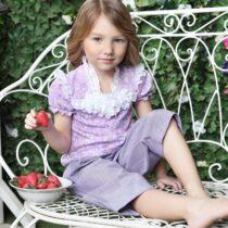 Блузка трикотажная с цветами и прошвой